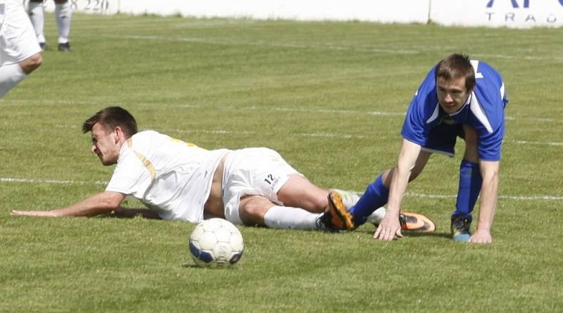V modrém Pavel Doseděl, vyloučený hráč, kvůli jemuž byl nakonec zápas předčasně ukončen.