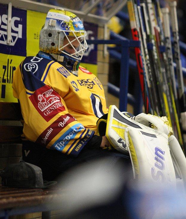 Extraligoví hokejisté PSG Berani Zlín (ve žlutém) v úterní předehrávce 11. kola podlehli pražské Spartě.  Na snímku zklamaný Huf