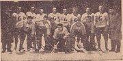 """""""KLAPZUBÁCI"""". TJ GOTTWALDOV 1959/1960.  Vedoucí týmu: M. Olivík, S. Kozel, J. Heller, B. Kožela, M. Pavelka, M. Charous, J. Bořuta, M. Bezouška, J. Stuchlík. Trenér: V. Nováček. Vepředu: R. Tlusták, Konečný, F. Vyoral, J. Matějů, B. Baroš, M. Vaďura."""