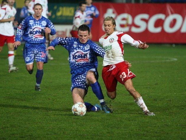 Zlínský záložník Lukáš Opiela (vpravo) bojuje o míč se svým bývalým spoluhráčem, kladenským obráncem Marianem Farbákem.