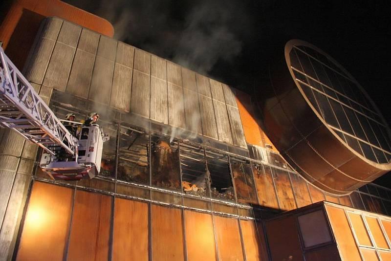 Rozsáhlý noční požár části diskotéky ve Slušovicích.