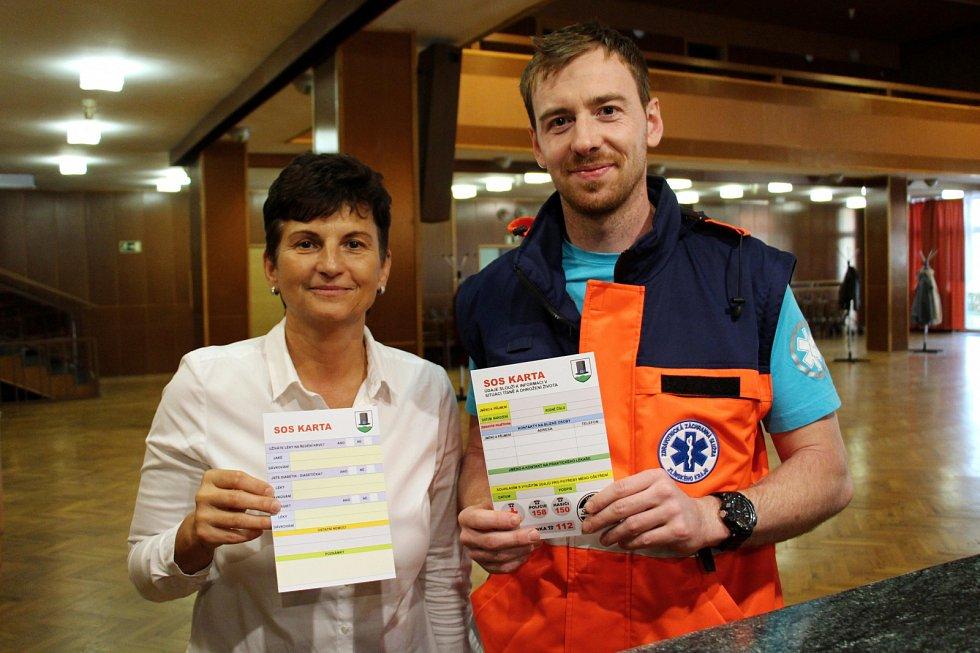 Senioři obdrželi SOS karty a vyslechli přednášku záchranáře Josefa Bělašky. Vlevo Ludmila Šulcová za MŠ ČČK Valašské Klobouky