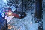 Těžký sníh v noci na pondělí 4. února lámal stromy a komplikoval dopravu. Nehoda v Kašavě.