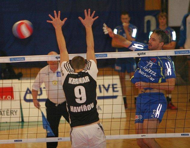 Volejbalisté Zlína (v modrém) vyhráli i třetí zápas sezony, když doma porazili 3:2 Havířov, přestože prohrávali už 0:2.