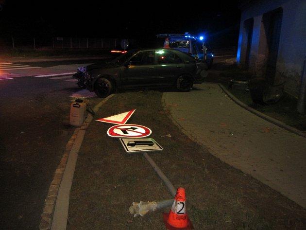 Automobil nárazem poškodil dopravní značení