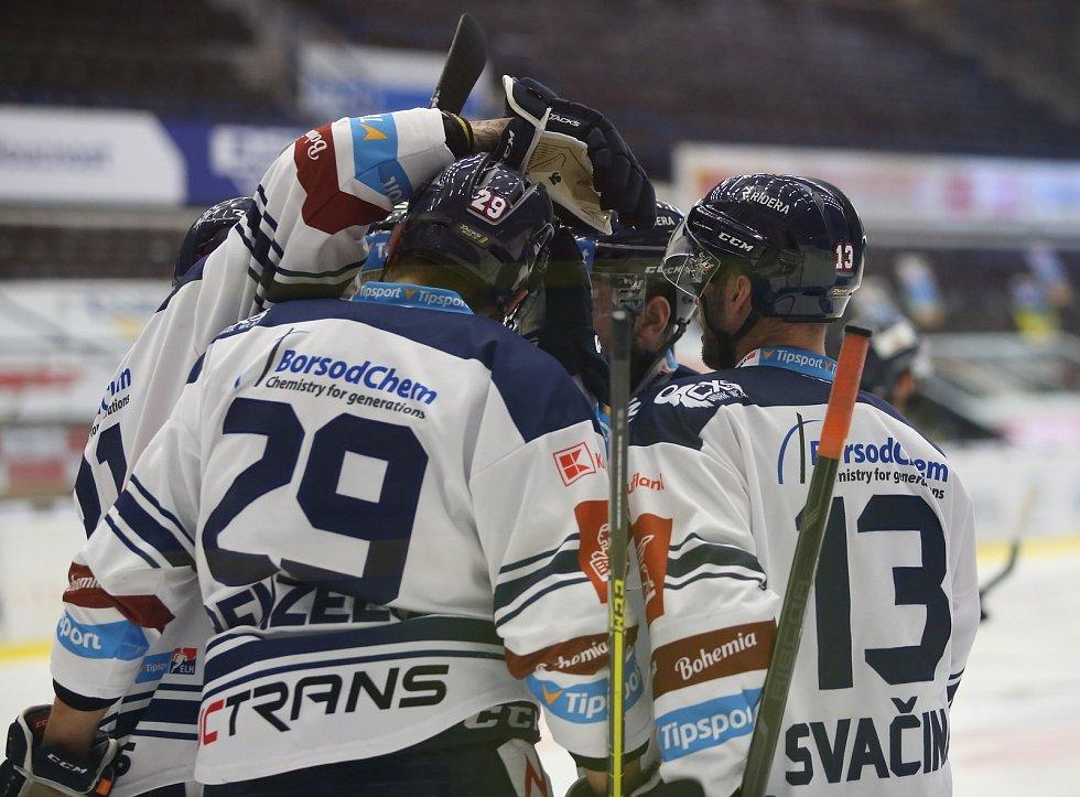 Extraligoví hokejisté Zlína (v modrém) v nedělním 49. kole vyzvali v moravském derby ostravské Vítkovice. Na snímku radost Vítkovic z vedoucí branky.