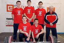 Na snímku představujeme juniorské družstvo Zlína. Zleva stojí Lukáš Hofbauer, Albert Rýc, Jakub Hochman a trenér J. Janeba. Zleva dole Pavel Jančík a Dominik Šesták.