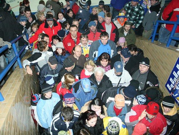 Fronta na prohlídku šatny hokejistů RI Okna Zlín
