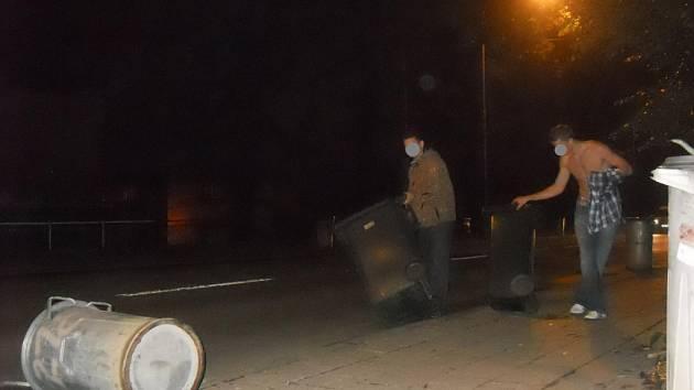 Oba mladíci museli všech dvacet popelnic dát zase zpět na své místo.