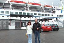 Ivo Thurner pózuje před Astorem s českou sólistkou Stanislavou Oharkovou. Fotka vznikla ve švédském přístavu Göteborg.