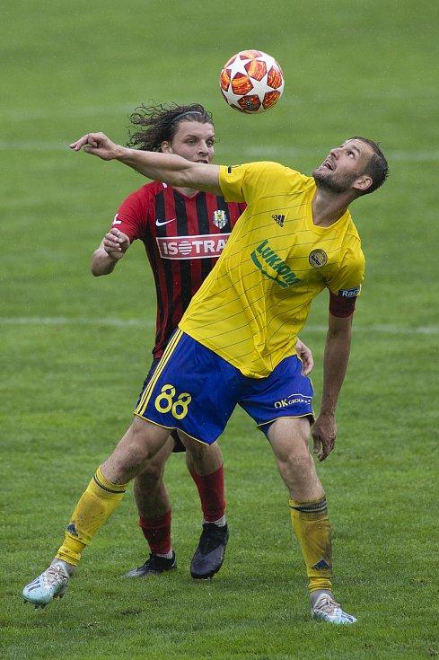 Zlín - Zápas skupiny o záchranu FORTUNA:LIGY mezi FC Fastav Zlín a SFC Opava. Filip Souček (SFC Opava), Tomáš Poznar (FC Fastav Zlín).