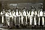 ROK 1975. Halenkovická kapela v místním kroji zpestřila tenkrát slavnostní otevření nákupního střediska na Pláňavách. Pro obec to byla tehdy velká událost.