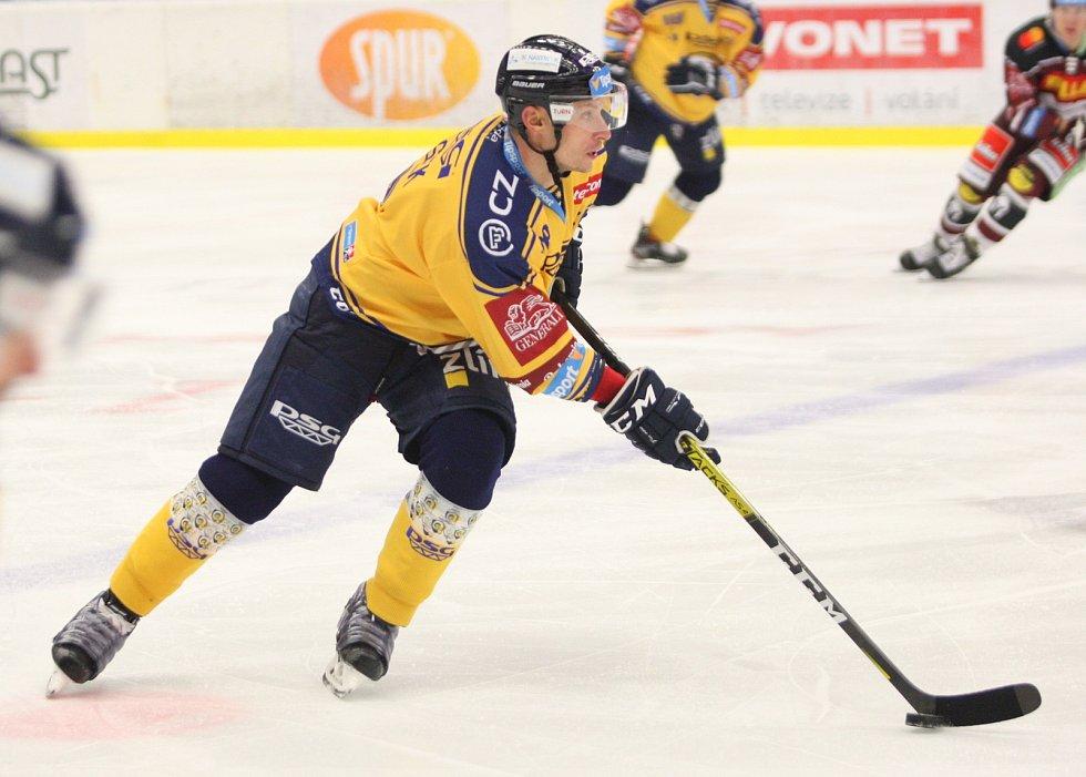 Extraligoví hokejisté PSG Berani Zlín (ve žlutém) v úterní předehrávce 11. kola podlehli pražské Spartě.  Na snímku Nosek