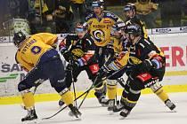 Extraligoví hokejisté Zlína (ve žlutém) v pátečním 49. kole doma hostili zachraňující se Litvínov.