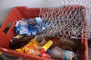 """Jan Spousta z Vlčnova vždy nosí do lesa dva košíky a jednu igelitku.""""Tu nosím na odpadky. Podívejte se, co jsem našel v lese jen za hodinu,"""" ukazuje na plnou bednu nepořádku. Plastové lahve, plastové obaly, dokonce i historické zahradnické nůžky. A také p"""