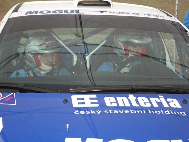 Na uzavřeném úseku v Rakové testoval svůj vůz Peugeot 207 S2000 Roman Kresta.