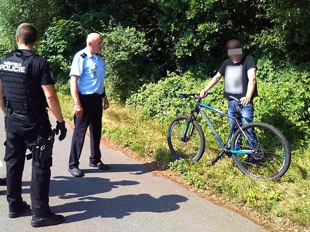 Strážníci museli zasahovat u muže, který se veřejně ukájel poblíž jedné ze zlínských cyklostezek.