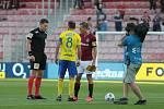 Fotbalisté Zlína (ve žlutých dresech) se v 7. kole FORTUNA:LIGY představili na Spartě