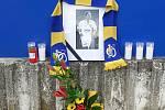 Fotbaloví fanoušci Zlína vzpomínají na bývalého kapitána Jaroslava Švacha. Před stadionem vzniklo pietní místo. Foto: