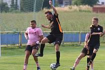 Fotbalisté Malenovic (růžové dresy) v dalším přípravném zápase přehráli domácí Louky 6:1. Foto: Jan Zahnaš