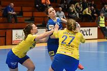 Házenkářky Zlína (ve žlutých dresech) prohrály v 18. kole ženské MOL ligy na palubovce slovenské Šaľy 28:31. Foto: Milan Pospiš