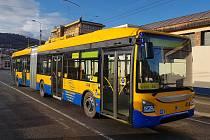 Článkový trolejbus Škoda 35 Tr. První 18metrový trolejbus, který je vybaven trakčními bateriemi a ujede s jejich akumulovanou elektrickou energií až 10 kilometrů mimo trolejové vedení.
