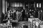 Vybrané provozy firmy T. & A. Baťa, Zlín v roce 1919.Galanterní oddělení v obuvnické dílně s transmisemi.