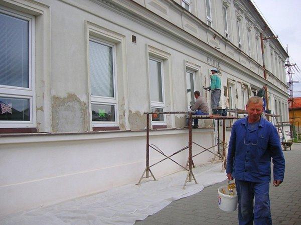 VHalenkovicích opravují tamní nejstarší budovu. Sídlí vní první stupeň základní školy a také celá mateřinka.