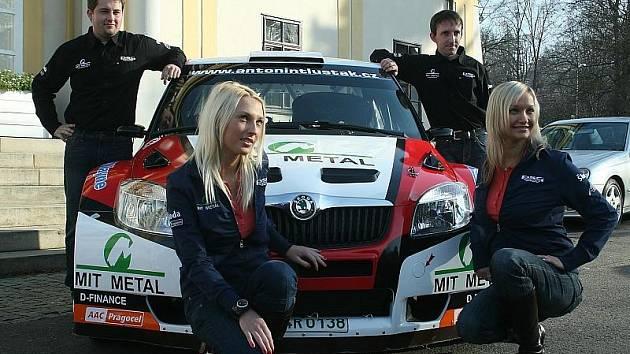 Rallyový pilot Antonín Tlusťák z Rakové ve čtvrtek oficiálně představil vůz, se kterým pojede v příští soutěžní sezoně spolu se svým navigátorem Janem Škaloudem.