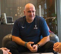 Bývalý majitel Baníku Ostrava Libor Adámek pomáhá českým házenkářkám.