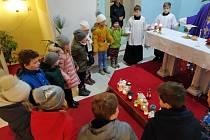 V březnickém kostele si děti v úterý užívají roráty