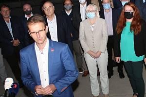 Lídři nové koalice (vpopředí) Radim Holiš - ANO, (za ním zprava) Hana Ančincová - Piráti, Olga Sehnalová - ČSSD a Lubomír Traub - ODS.