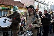 Dvanáctý ročník Lešetínského fašanku si nenechalo ujít velké množství návštěvníků. Už v dopoledních hodinách totiž zaplnili lešetínskou ulici na maxium.