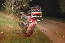 Řídil, pil a boural. Sedmnáctiletá spolujezdkyně utrpěla při nehodě mezi Provodovem a Ludkovicemi vážná zranění.