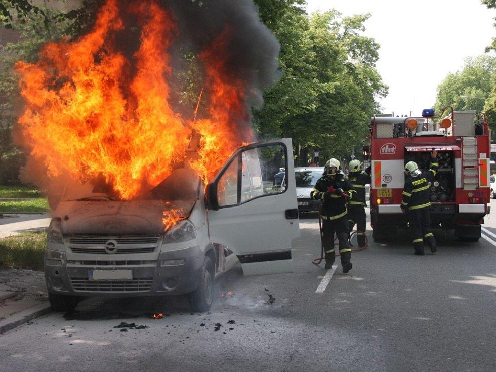 Požár kabiny a motoru dodávky v centru Zlína.