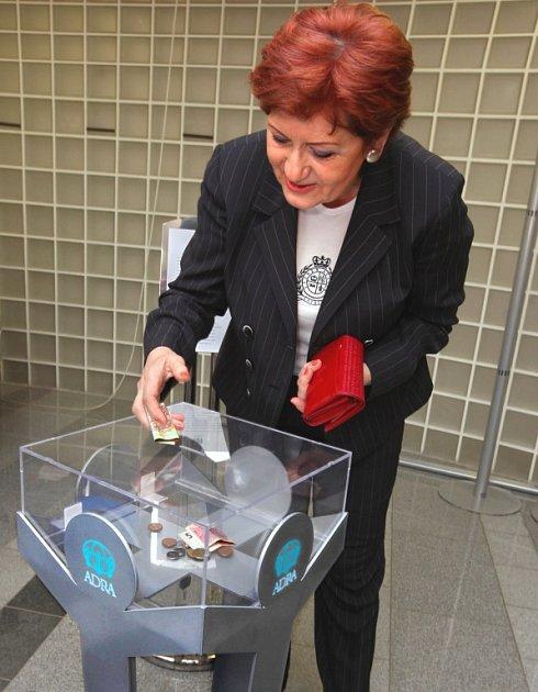 Nová pokladnička. Primátorka Zlína Irena Ondrová přispěla do nové pokladničky organizace ADRA mezi prvními.