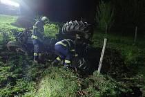 V Šanově na Zlínsku sjel traktor ze srázu. Skončil v potoce.