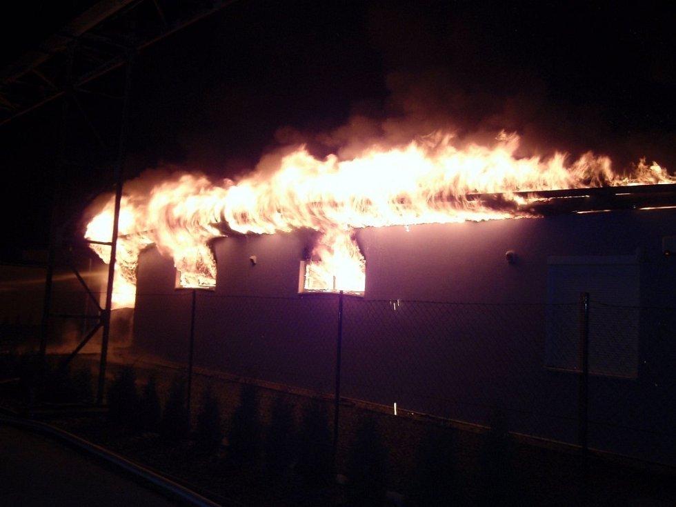 Ve Slavičíně hořel objekt s auty.