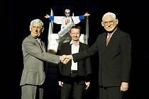 Snímek z inscenace ředitele zlínského divadla Petra Michálka, která s nadhledem, humorem i sarkasmem mapuje kabaretní formou to, co společnost formovalo od okamžiku sametového cinkání klíči až po dnešek.