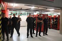 """Prostory výjezdové garáže. Výjezdová technika, hlavní výjezdová technika. Nachází se zde také podpůrné věci k výjezdu.Hasiči zde mají """"špinavou šatnu"""", to znamená, že tady mají hasiči oblečení na výjezd."""