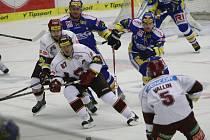 Extraligoví hokejisté Zlína (v modrém) ve 21. kole doma přivítali pražskou Spartu a snažili se ukončit sérii 5 domácích porážek v řadě.