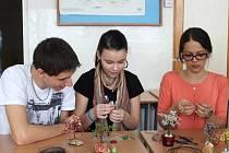 Studenti i návštěvníci GOfestu si mohli vyzkoušet netradiční umělecké postupy. Například drátkování.