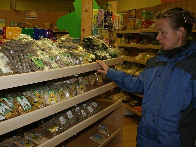 Mezi obilovinami. Do největší zlínské prodejny se zdravou výživou přicházejí denně stovky lidí.