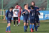Fotbalisté Malenovic (v modrých dresech) v I. B třídě skupiny B přehráli béčko Holešova 5:1.