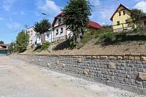 Ulice Kramolišova s dokončenou opěrnou zídkou.