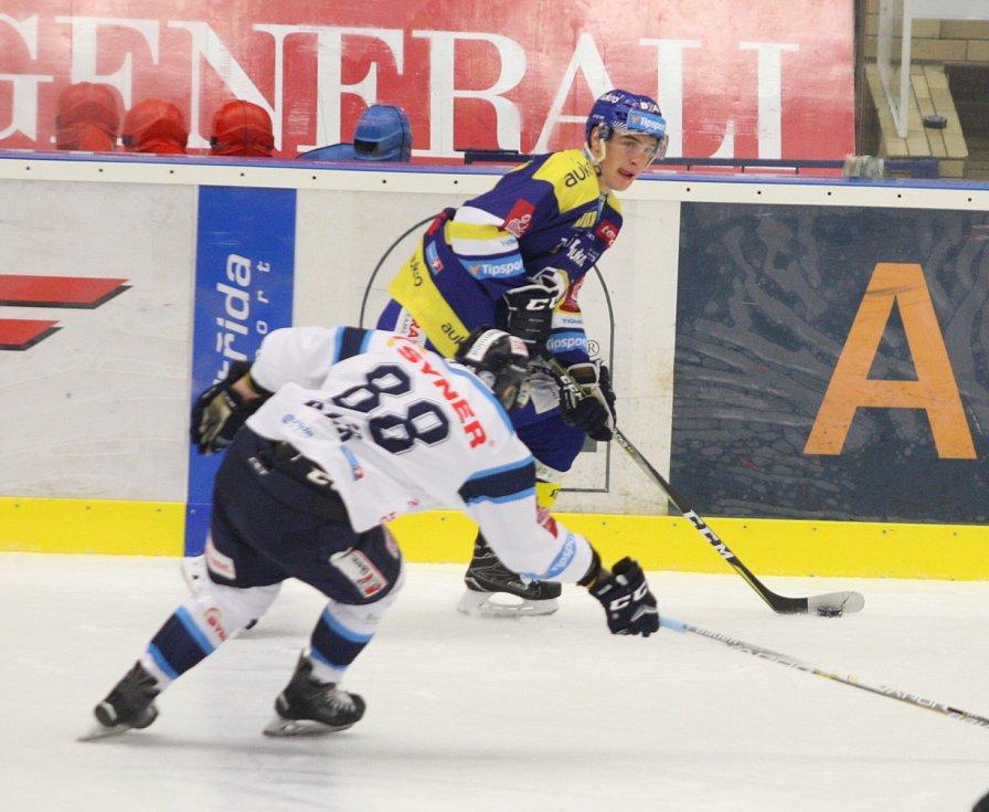Zlínští hokejisté (v modrém) v 16. kole extraligy doma hostili Liberec. Na snímku David Šťastný