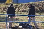 Policejní potápěči prohledávali dno bělovského jezu
