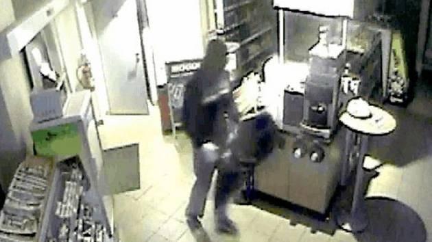 O víkendu se vloupal na benzinku v Kloboukách muž s kuklou na hlavě.
