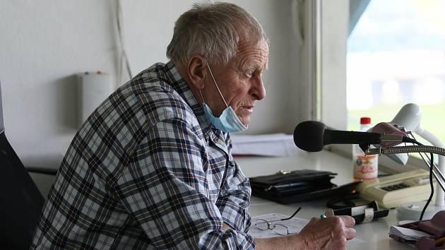 Legendární hlasatel Václav Šarata je od roku 1976 nedílnou součástí každého utkání fotbalistů Fastavu.