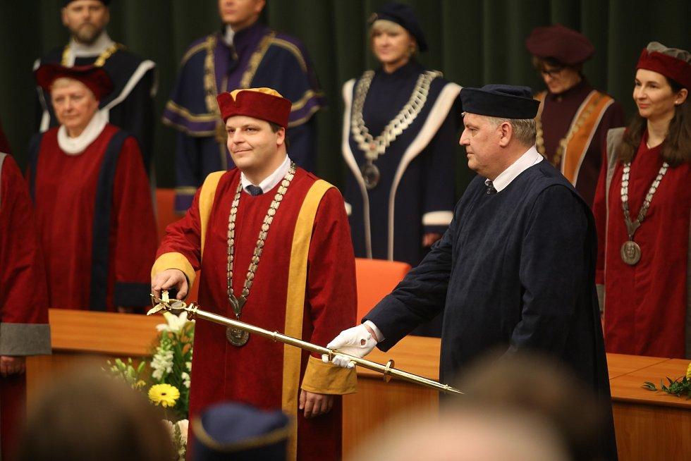 Slavnostní inaugurace rektora Univerzity Tomáše Bati ve Zlíně Vladimíra Sedlaříka. Slib.